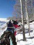 Grande gruppo di viandanti dello snowshoe Immagine Stock