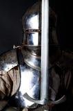 Grande guerriero con la spada e l'armatura pesante Immagini Stock