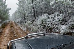Grande guida di veicoli 4x4 sotto la neve Fotografia Stock Libera da Diritti