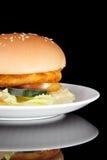 Grande hamburger casalingo del pollo del formaggio Immagini Stock