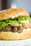 Grande hamburger con fegato e le patatine fritte Immagini Stock