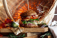 Grande hamburger con manzo, bacon, verdure Immagine Stock