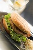 Grande hamburger del pollo Immagini Stock Libere da Diritti