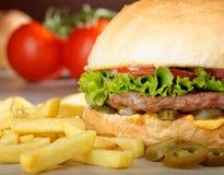 Grande hamburger messicano succoso con i jalapeni piccanti Immagini Stock Libere da Diritti