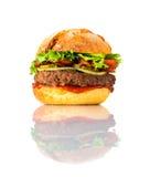 Grande hamburger sembrante saporito su fondo bianco Fotografie Stock Libere da Diritti