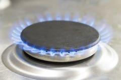 Grande hob do gás iluminado com chama azul imagens de stock
