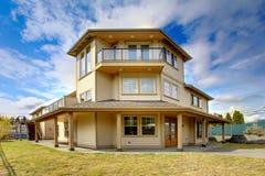 Grande HOME luxuosa nova exterior com balcões, três assoalhos. Fotos de Stock