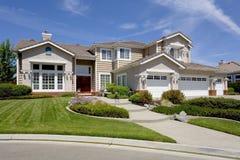Grande HOME suburbana luxuoso para o executivo com uma família Fotografia de Stock