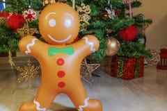 Grande homem de pão-de-espécie inflável em uma árvore de Natal fotos de stock royalty free