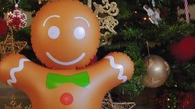 Grande homem de pão-de-espécie inflável em uma árvore de Natal vídeos de arquivo