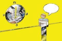 Grande horloge de journal donnant sur un homme - jaune image libre de droits