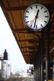 Grande horloge extérieure ronde à une gare ferroviaire Image stock