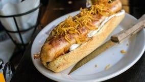 Grande hot dog arrostito, fondo scuro Fotografia Stock Libera da Diritti