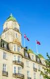 Grande hotel con le bandiere norvegesi a Oslo, Norvegia Fotografia Stock
