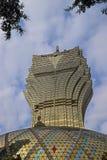 Grande hotel di Lisbona a Macao che somiglia al modello delle foglie con le foglie reali dagli alberi che compaiono sulla cima Immagine Stock Libera da Diritti