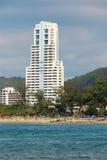 Grande hotel di palazzo multipiano. La Tailandia, Phuket, Patong. Immagini Stock Libere da Diritti