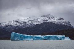 Grande iceberg azul que cinzelou fora de uma geleira fotografia de stock royalty free