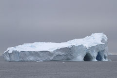 Grande iceberg con parecchie caverne Fotografia Stock