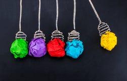 Grande idea Concetto di creatività con la lampadina di carta sgualcita i luminosa fotografia stock libera da diritti