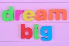 Grande ideal de las palabras en la tabla rosada Fotografía de archivo libre de regalías