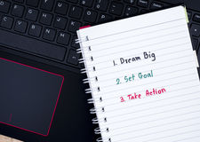 Grande ideal, fijó meta, toma medidas en el teclado 1 del ordenador portátil Imagen de archivo