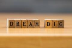Grande ideal palabra escrita en el bloque de madera Fotografía de archivo libre de regalías