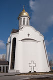Grande igreja ortodoxa de encontro ao céu consideravelmente azul Fotografia de Stock