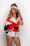 Grande image de Santa de fille sexy d'aide pour créer des cartes postales de salutation de vacances Photo libre de droits