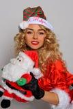 Grande image de Santa de fille sexy d'aide pour créer des cartes postales de salutation de vacances Image libre de droits