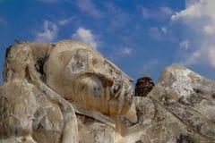Grande imagem da Buda do prang do sono no capital velho de Ayutthaya imagens de stock royalty free