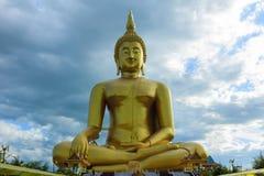 Grande immagine antica di Buddha nel campo al tempio di Muang, Ang Thon Immagini Stock Libere da Diritti