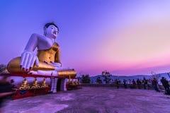 Grande immagine bianca all'aperto di Buddha Immagine Stock