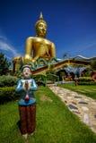 Grande immagine di Buddha con la statua benvenuta del ragazzo Immagini Stock Libere da Diritti