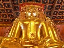 Grande immagine dorata di Buddha in tempio buddista antico - Wat Phumin, provincia di Nan, Tailandia Immagini Stock