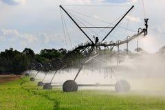 Grande impianto di irrigazione laterale di movimento Immagini Stock Libere da Diritti