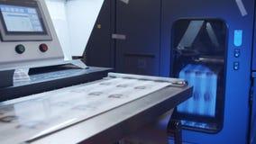 Grande impressora digital industrial que imprime folhas de papel filme
