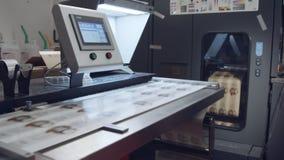 Grande impressora digital industrial que imprime folhas de papel video estoque
