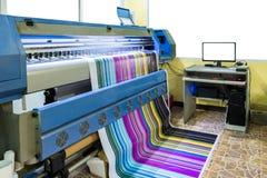 Grande impressora a jato de tinta que trabalha o cmyk multicolorido na sagacidade da bandeira do vinil Imagens de Stock Royalty Free