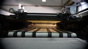 Grande imprimante industrielle Stands Near A séchant le convoyeur banque de vidéos