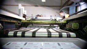 Grande imprimante industrielle Stands Near A séchant le convoyeur clips vidéos