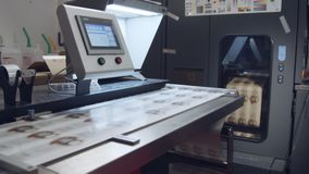 Grande imprimante numérique industrielle imprimant des feuilles de papier clips vidéos