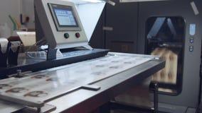 Grande imprimante numérique industrielle imprimant des feuilles de papier banque de vidéos