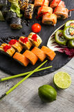 Grande insieme dei sushi, la mano che tiene i bastoncini, la vista dalla cima Immagine Stock Libera da Diritti