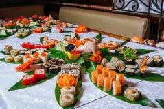 Grande insieme dei sushi sulle foglie fotografia stock libera da diritti