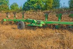 Grande insieme dell'aratro sul campo nel lavoro agricolo Immagine Stock Libera da Diritti