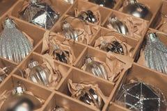 Grande insieme delle bagattelle di vetro d'argento di lusso Una retro immagine disegnata di vi Immagini Stock Libere da Diritti