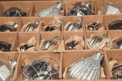 Grande insieme delle bagattelle di vetro d'argento di lusso Una retro immagine disegnata di vi Fotografia Stock