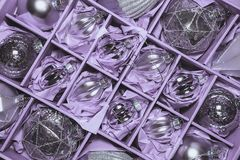 Grande insieme delle bagattelle di vetro d'argento di lusso Una retro immagine disegnata di vi Immagine Stock