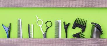 Grande insieme dello stilista di capelli per il taglio dei capelli su un fondo verde immagine stock libera da diritti