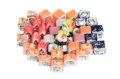 Grande insieme giapponese dei rotoli assortiti e dei sushi con il salmone, il gamberetto ed il cetriolo Immagini Stock Libere da Diritti